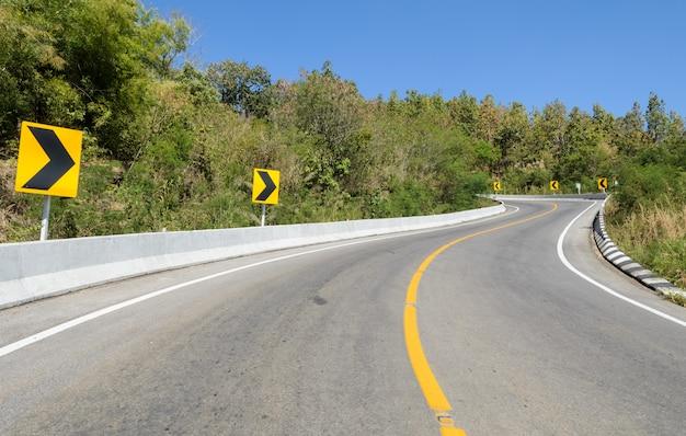 Waldweg mit warnzeichen