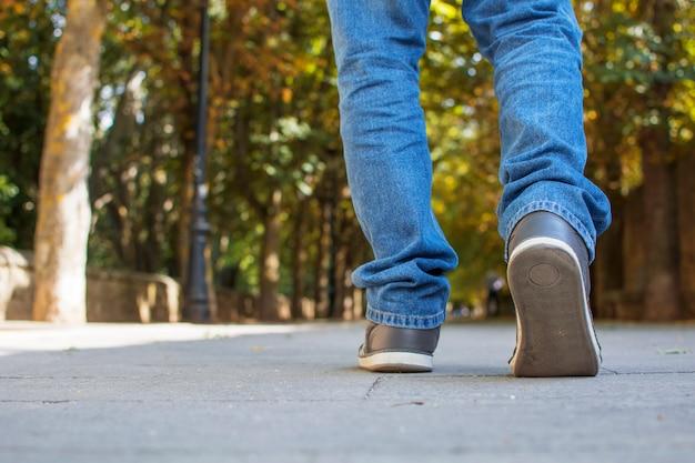 Walking für herbstlichen park