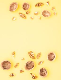 Wallnut samen auf gelbem tisch, draufsicht und kopienraum