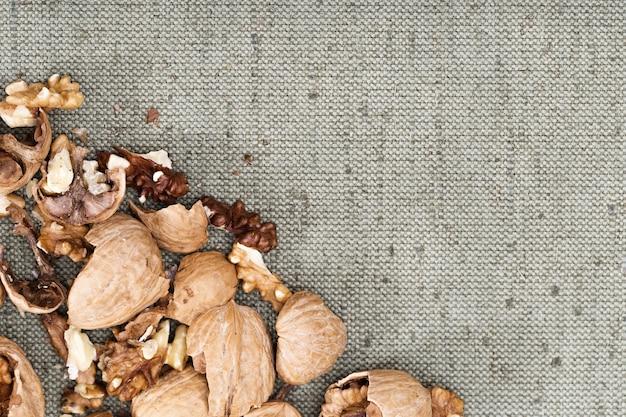 Walnüsse in der ecke auf natürlicher tischdecke brechen