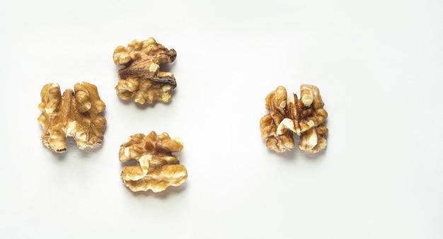 Walnüsse trockenfrüchte bild auf weißem hintergrund