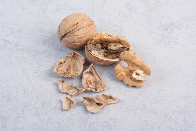 Walnüsse und walnusskerne auf steinoberfläche. hochwertiges foto