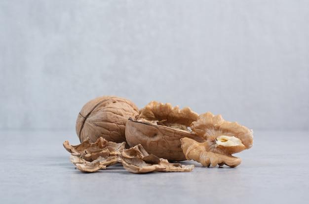 Walnüsse und walnusskerne auf steinoberfläche