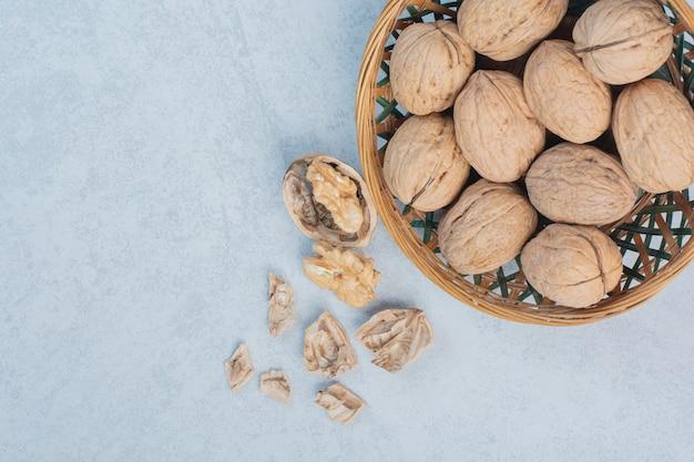 Walnüsse und walnusskerne in keramikschale. hochwertiges foto