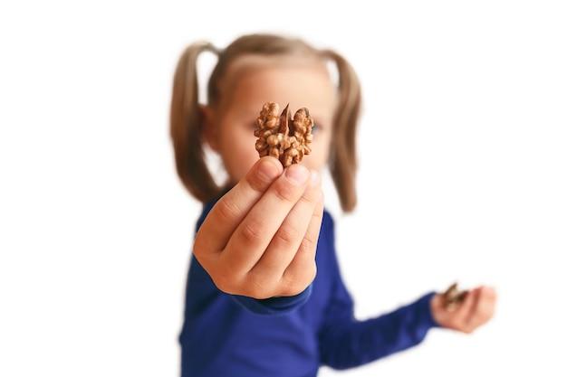 Walnuss hautnah in der hand eines kleinen mädchens
