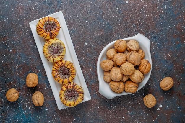 Walnuss- und schokoladenplätzchen mit walnüssen herum, draufsicht