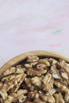 Walnusskerne schälten nüsse in einer holzschale