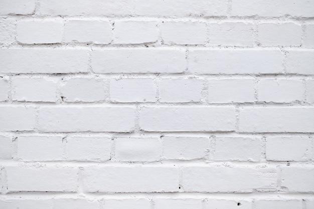 Wand aus backstein mit weißer farbe bemalt.