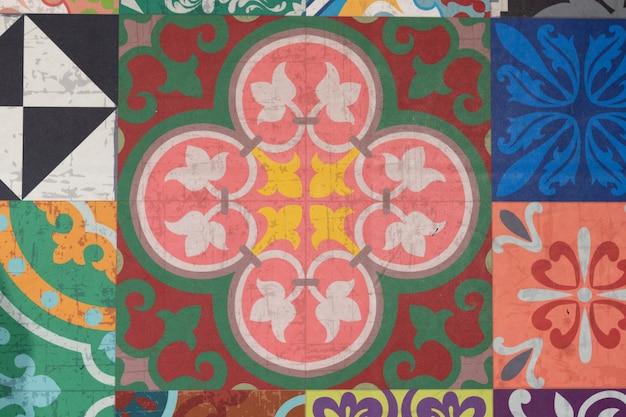 Wand aus bunten keramikfliesen