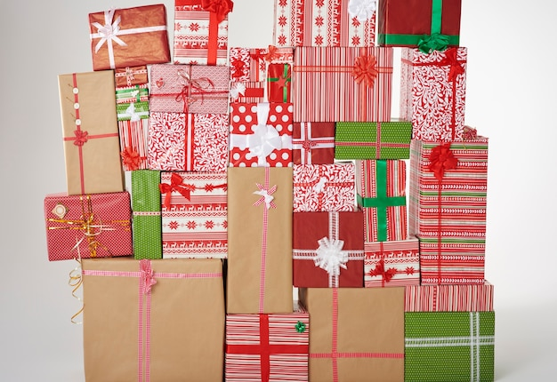 Wand aus großen weihnachtsgeschenken