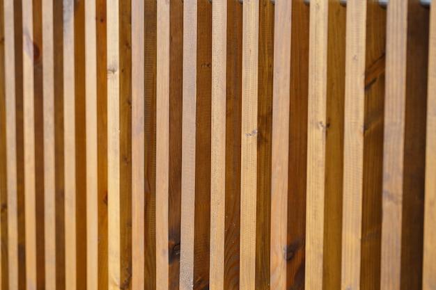 Wand aus holzlatten, naturmaterialien zum renovieren