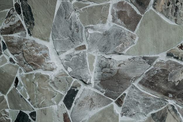 Wand aus natürlichen großen granitsteinen, die mit zement miteinander verbunden sind