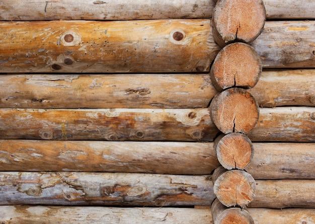 Wand eines alten holzhauses aus baumstämmen