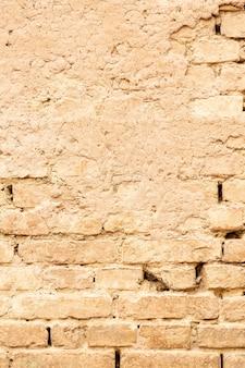 Wand mit backstein und abgenutztem zement