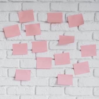 Wand mit haftnotizen