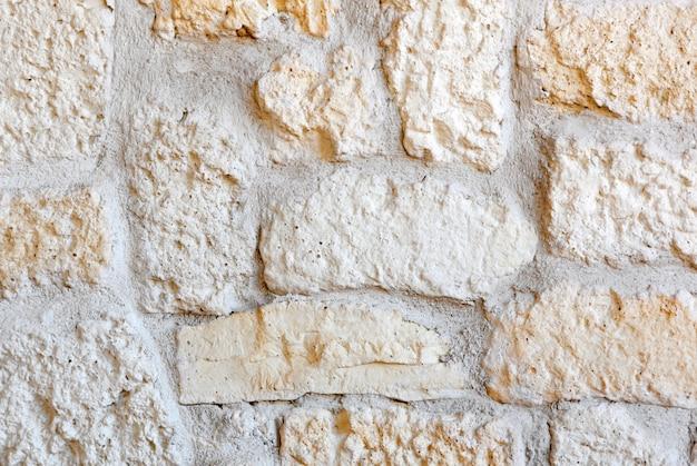 Wand mit porphyrsteinen ausgekleidet