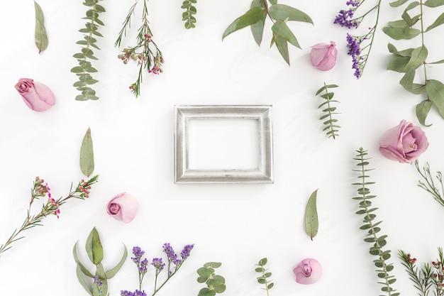 Wand mit rahmen und dekorativen blumen