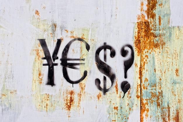 Wand mit textur und währungen signiert graffiti darauf