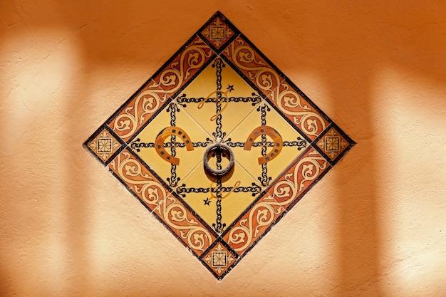 Wand verziert mit quadratischem fliesenornament,fliesenornament