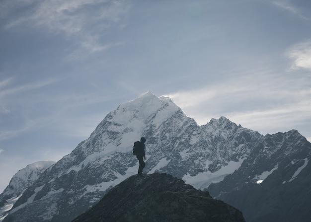 Wanderer am gipfel des berges