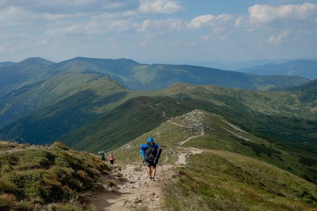 Wanderer auf der spitze der berge