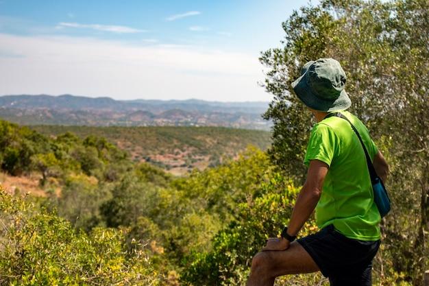 Wanderer beobachtet die ländliche landschaft an der algarve, portugal.