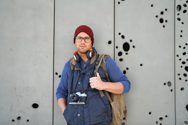 Wanderer, der auf betonmauer steht