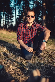 Wanderer, der auf dem gras stillsteht