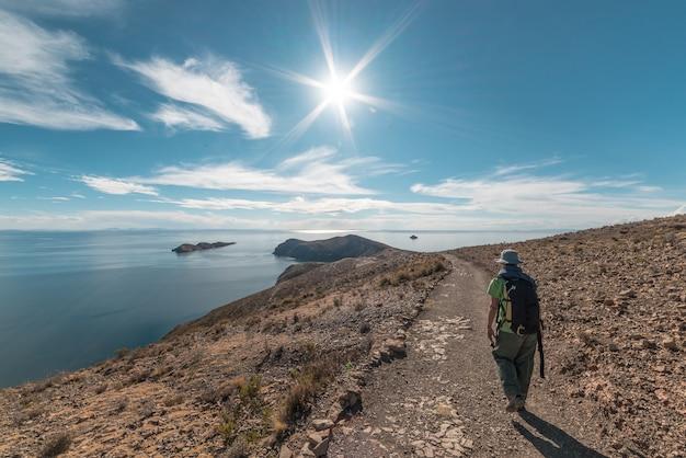 Wanderer, der die majestätischen inka-spuren auf insel der sonne erforscht