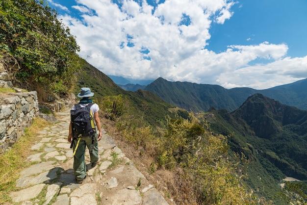 Wanderer, der die steilen fußwege der inka von machu picchu erforscht