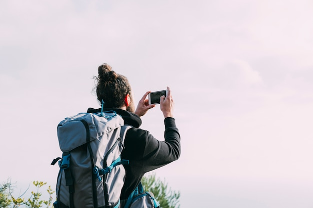 Wanderer, der foto in der natur macht