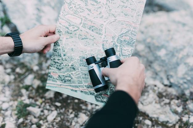 Wanderer, der karte betrachtet