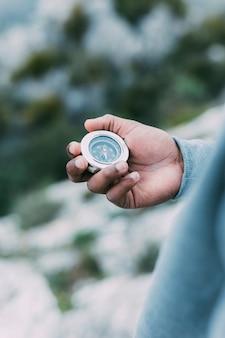 Wanderer, der kompass betrachtet