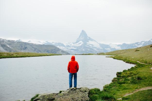 Wanderer, der matterhornberg in der ferne betrachtet