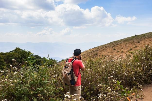 Wanderer fotografieren auf feldern