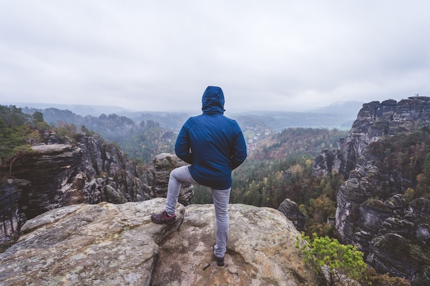 Wanderer im freien abenteuerwanderweg auf dem gipfel eines berges, blick auf den kamm am horizont