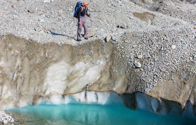 Wanderer im gletscher in den bergen von alaska