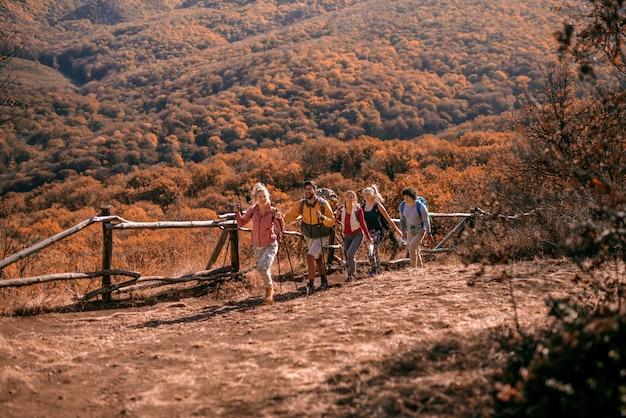 Wanderer klettern den hügel hinauf.