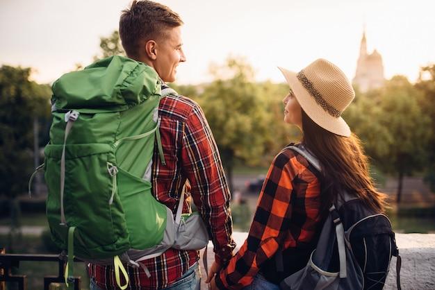 Wanderer machen im urlaub sightseeing in der touristenstadt