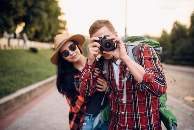 Wanderer machen sightseeing und machen fotos zur erinnerung