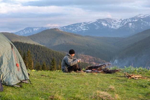 Wanderer mit ausrüstung wandern viel in den bergen