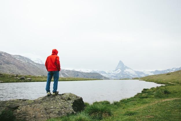 Wanderer mit blick auf den berg matterhorn in der ferne