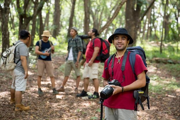 Wanderer mit rucksack, der kamera hält