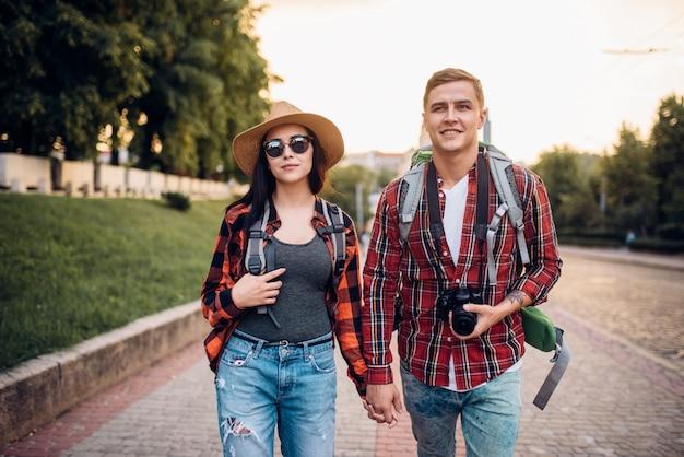 Wanderer mit rucksack machen sightseeing in der touristenzone