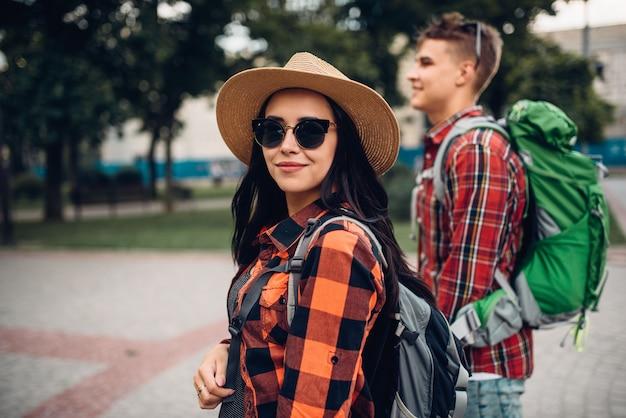 Wanderer mit rucksäcken auf ausflug in die touristenstadt