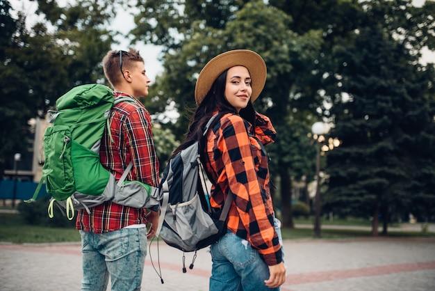 Wanderer mit rucksäcken, die in der touristenstadt reisen