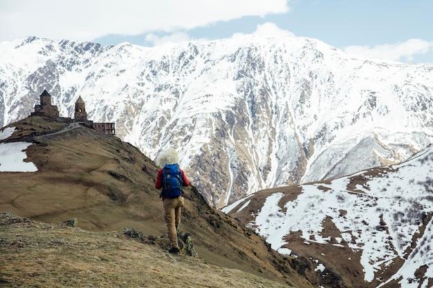 Wanderer mit traditionellem papakhapelzhut bei mtskheta, mtianeti-region in georgia