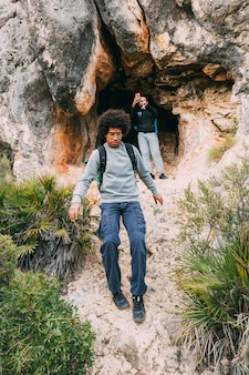 Wanderer vor der höhle