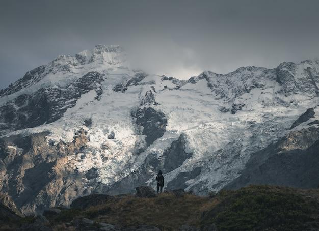 Wanderer vor einem schneebedeckten berg