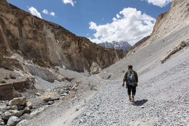 Wanderer wandern im trockenen canyon